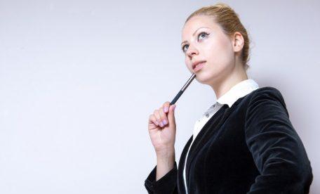 良い姿勢について考える女性