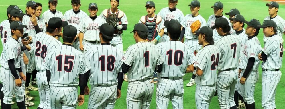 ベンチ前で円陣を組む野球選手たち