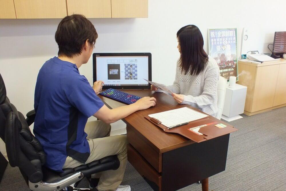 デジタル姿勢診断の結果を見ながらの姿勢カウンセリング